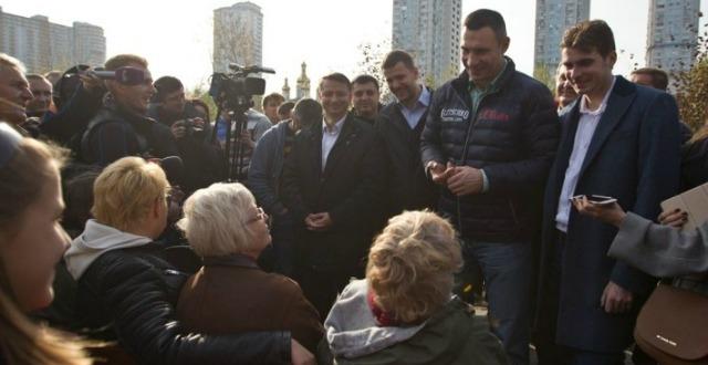 Кличко проинспектировал  работы по обустройству парка возле озера Тельбин на Березняках