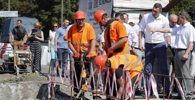 Віталій Кличко перевірив, як триває відновлення шляхопроводу на перетині проспекту Комарова та бульвару Гавела, де сьогодні ведуться наймасштабніші ремонтні роботи