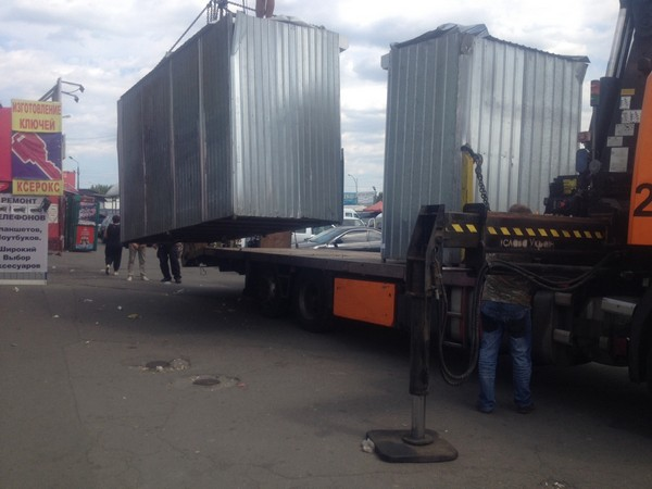 На пересечении улиц Т. Драйзера и Электротехнической демонтировали 7 незаконно установленных временных сооружений